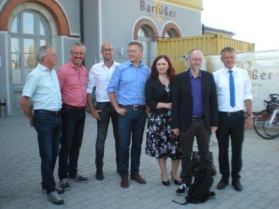 Auf dem Bild sind die Bundestagsabgeordneten Agnieszka Brugger und Matthias Bastel (beide BÜNDNIS 90 / DIE GRÜNEN) mit Leutkirchs Oberbürgermeister Henle und Vertretern des Bürgerbahnhofs Leutkirch zu sehen.